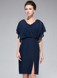 Etui-Linie V-Ausschnitt Knielang Chiffon Kleid für die Brautmutter mit Lace Perlstickerei Pailletten Schlitz Vorn Gestufte Rüschen (008050417)
