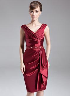 Etui-Linie V-Ausschnitt Knielang Charmeuse Kleid für die Brautmutter mit Perlen verziert Pailletten Gestufte Rüschen (008005688)