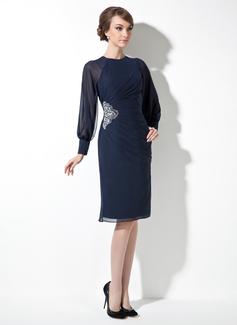 Etui-Linie U-Ausschnitt Knielang Chiffon Kleid für die Brautmutter mit Rüschen Perlen verziert (008021167)