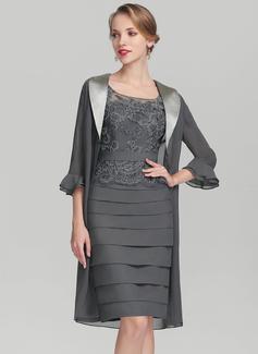 Etui-Linie U-Ausschnitt Knielang Chiffon Spitze Kleid für die Brautmutter mit Rüschen (008131924)