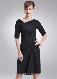 Etui-Linie V-Ausschnitt Knielang Chiffon Kleid für die Brautmutter mit Rüschen (008005693)