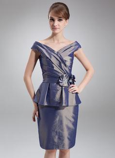 Etui-Linie Off-the-Schulter Knielang Taft Kleid für die Brautmutter mit Perlstickerei Blumen Gestufte Rüschen (008006466)