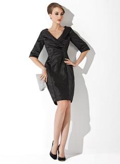 Etui-Linie V-Ausschnitt Kurz/Mini Charmeuse Kleid für die Brautmutter mit Rüschen (008006019)