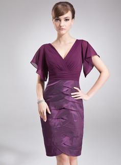 Etui-Linie V-Ausschnitt Knielang Chiffon Taft Kleid für die Brautmutter mit Gestufte Rüschen (008005927)