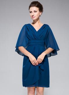 Etui-Linie V-Ausschnitt Knielang Chiffon Kleid für die Brautmutter mit Rüschen (008042323)