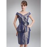 Etui-Linie Schulterfrei Knielang Taft Kleid für die Brautmutter mit Perlen verziert Blumen Gestufte Rüschen (008006466)