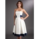 Corte A/Princesa Sin tirantes Hasta la rodilla Satén Vestido de novia con Fajas Lazo(s) (002000067)